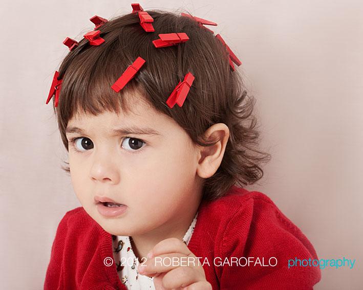 Sessione fotografica in studio per bambini, Roma. Foto di bambina imbronciata. Roberta Garofalo, Fotografo professionista di Maternità, Neonati, Bambini e Famiglie, Roma