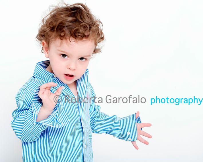 Sessione fotografica per bambini, Roma. Foto di bambino con camicia. Roberta Garofalo, Fotografo professionista di Maternità, Neonati, Bambini e Famiglie, Roma