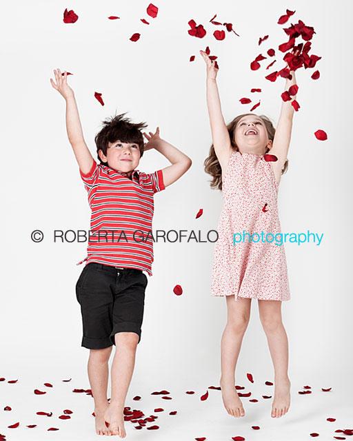 Sessione fotografica per bambini, Roma. Foto di bambini con coriandoli rossi. Roberta Garofalo, Fotografo professionista di Maternità, Neonati, Bambini e Famiglie, Roma