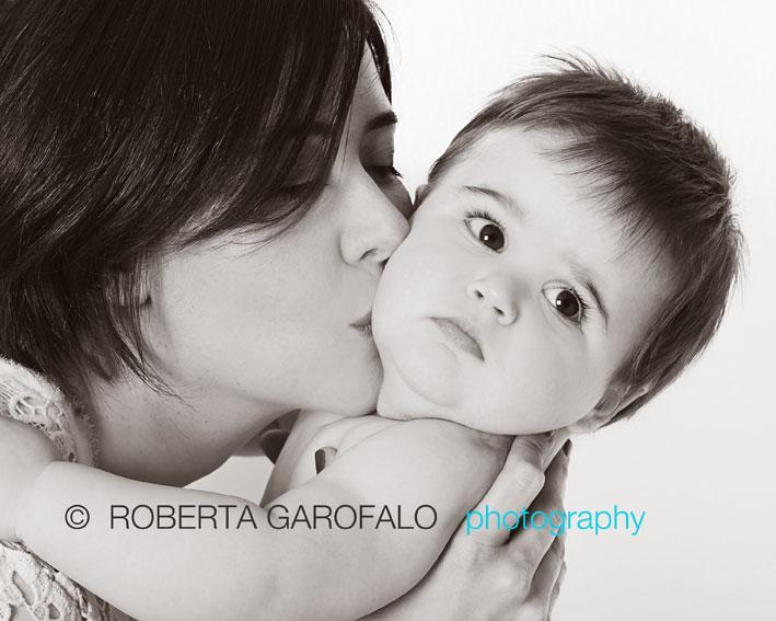 Sessione fotografica bambino, Roma. Fotografia bambino e mamma in bianco e nero. Roberta Garofalo, Fotografo professionista di Maternità, Neonati, Bambini e Famiglie, Roma