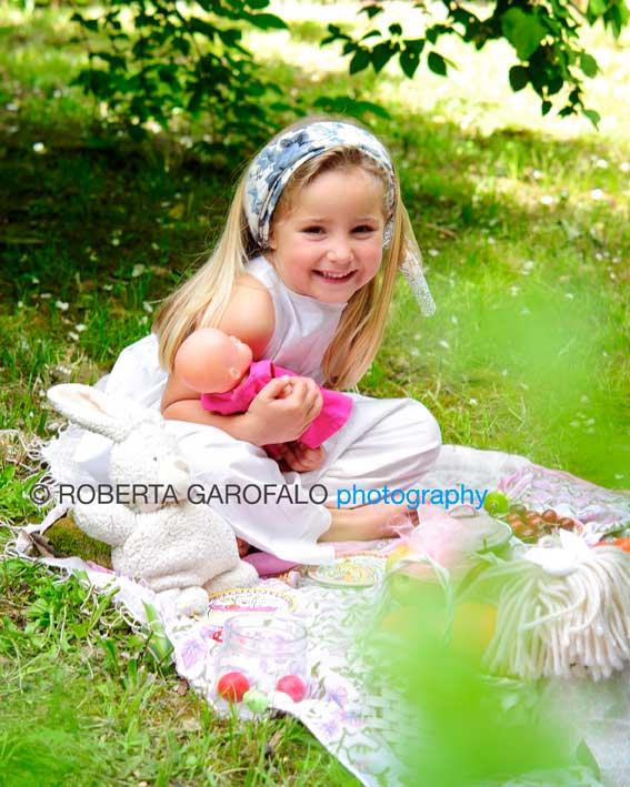 Sessione fotografica all'aperto, Roma. Foto bambina seduta sul prato. Roberta Garofalo, Fotografo professionista di Maternità, Neonati, Bambini e Famiglie, Roma