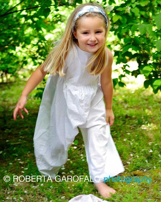 Sessione fotografica all'aperto, Roma. Foto bambina a piedi scalzi sull'erba. Roberta Garofalo, Fotografo professionista di Maternità, Neonati, Bambini e Famiglie, Roma