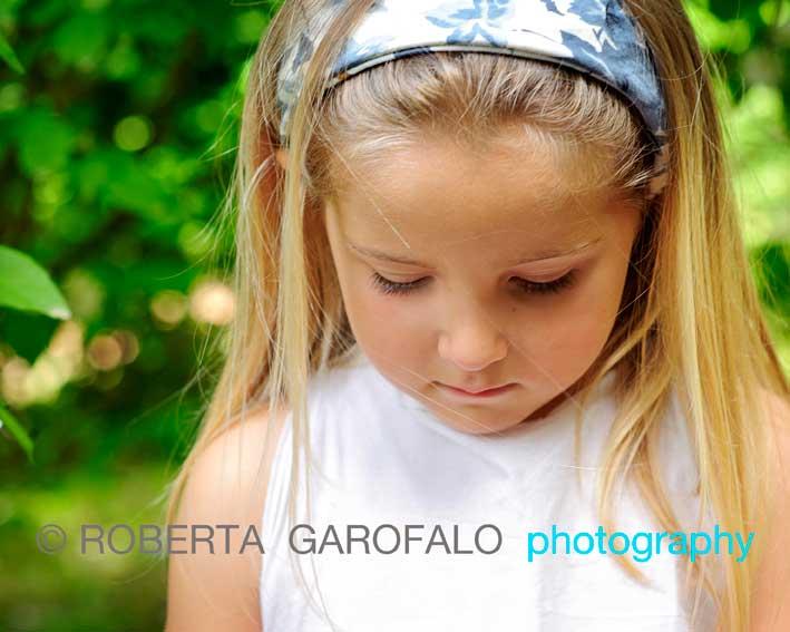 Sessione fotografica all'aperto, Roma. Foto bambina all'aperto durante un pic-nic. Roberta Garofalo, Fotografo professionista di Maternità, Neonati, Bambini e Famiglie, Roma