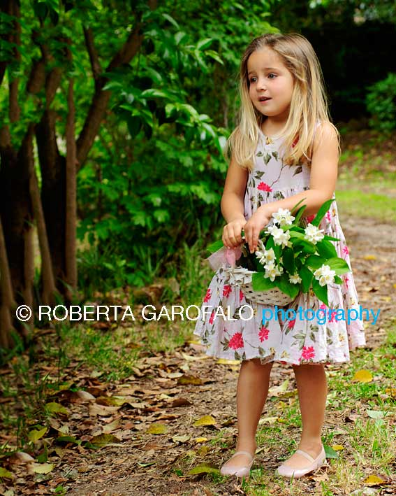 Sessione fotografica all'aperto, Roma. Foto bambina con cesto di fiori. Roberta Garofalo, Fotografo professionista di Maternità, Neonati, Bambini e Famiglie, Roma