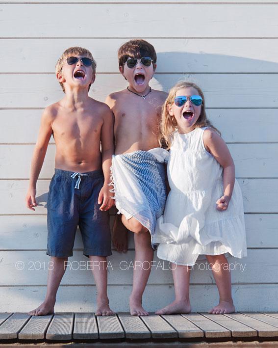 Sessione fotografica estiva in spiaggia per bambini. Fotografia bambini al mare che urlano. Roberta Garofalo, Fotografo professionista di Maternità, Neonati, Bambini e Famiglie, Roma