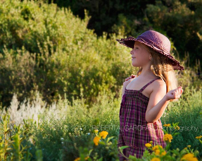 Sessione fotografica estiva per bambini. Fotografia bambina col cappello nel parco. Roberta Garofalo, Fotografo professionista di Maternità, Neonati, Bambini e Famiglie, Roma